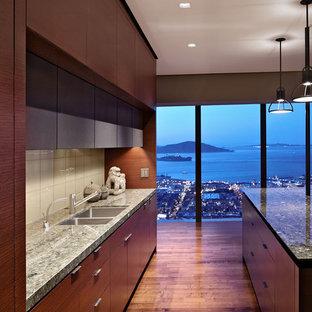 Ispirazione per una cucina minimalista con paraspruzzi con piastrelle di vetro, lavello a doppia vasca, ante lisce, ante in legno bruno, paraspruzzi bianco e top in granito