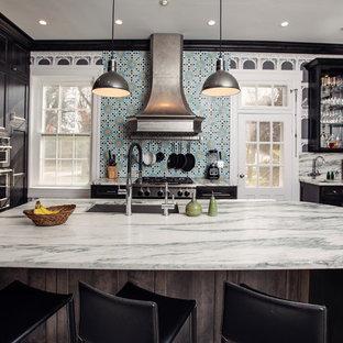 他の地域の中くらいのヴィクトリアン調のおしゃれなキッチン (アンダーカウンターシンク、インセット扉のキャビネット、黒いキャビネット、大理石カウンター、磁器タイルのキッチンパネル、シルバーの調理設備、大理石の床、マルチカラーの床、青いキッチンパネル、ターコイズのキッチンカウンター) の写真