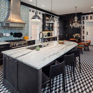 他の地域の大きいエクレクティックスタイルのおしゃれなキッチン (アンダーカウンターシンク、インセット扉のキャビネット、黒いキャビネット、大理石カウンター、磁器タイルのキッチンパネル、シルバーの調理設備の、大理石の床、マルチカラーの床、青いキッチンパネル、ターコイズのキッチンカウンター) の写真