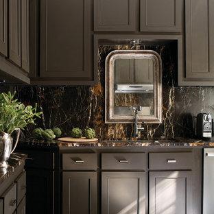 他の地域の広いヴィクトリアン調のおしゃれなキッチン (アンダーカウンターシンク、落し込みパネル扉のキャビネット、茶色いキャビネット、御影石カウンター、茶色いキッチンパネル、石スラブのキッチンパネル、シルバーの調理設備、濃色無垢フローリング、アイランドなし、茶色い床) の写真