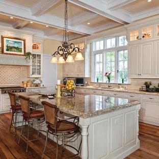 Esempio di una cucina chic con ante con bugna sagomata, ante bianche, paraspruzzi beige, elettrodomestici bianchi, pavimento in legno massello medio e isola