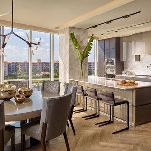 Immagine di una cucina contemporanea con lavello sottopiano, ante lisce, ante marroni, paraspruzzi beige, parquet chiaro, isola e pavimento beige