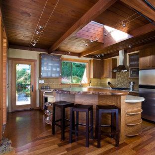 サンフランシスコの中サイズのラスティックスタイルのおしゃれなキッチン (フラットパネル扉のキャビネット、中間色木目調キャビネット、アンダーカウンターシンク、クオーツストーンカウンター、マルチカラーのキッチンパネル、ガラスタイルのキッチンパネル、コルクフローリング) の写真