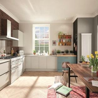 ダブリンの中くらいの北欧スタイルのおしゃれなキッチン (アンダーカウンターシンク、フラットパネル扉のキャビネット、ターコイズのキャビネット、珪岩カウンター、ガラス板のキッチンパネル、白い調理設備、合板フローリング、アイランドなし) の写真