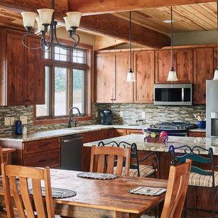 他の地域の中サイズのラスティックスタイルのおしゃれなキッチン (中間色木目調キャビネット、マルチカラーのキッチンパネル、シルバーの調理設備、マルチカラーのキッチンカウンター、アンダーカウンターシンク、シェーカースタイル扉のキャビネット、ボーダータイルのキッチンパネル、グレーの床) の写真