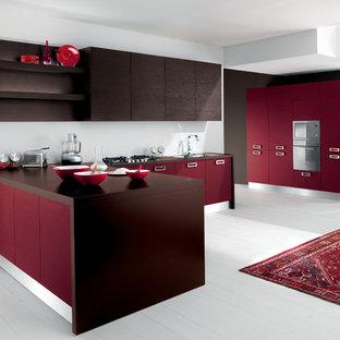 Offene, Mittelgroße Moderne Küche in U-Form mit Waschbecken, profilierten Schrankfronten, roten Schränken, Quarzit-Arbeitsplatte, Küchenrückwand in Grau, Rückwand aus Steinfliesen, Elektrogeräten mit Frontblende, Halbinsel und gebeiztem Holzboden in San Diego