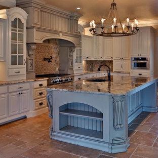 オクラホマシティの中サイズのトランジショナルスタイルのおしゃれなキッチン (アンダーカウンターシンク、レイズドパネル扉のキャビネット、白いキャビネット、御影石カウンター、ベージュキッチンパネル、レンガのキッチンパネル、シルバーの調理設備の、トラバーチンの床) の写真