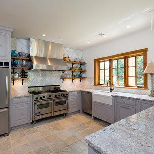 Idéer för att renovera ett avskilt, stort vintage flerfärgad flerfärgat u-kök, med en rustik diskho, luckor med upphöjd panel, rostfria vitvaror, granitbänkskiva, vitt stänkskydd, stänkskydd i marmor, kalkstensgolv, en halv köksö, beiget golv och grå skåp