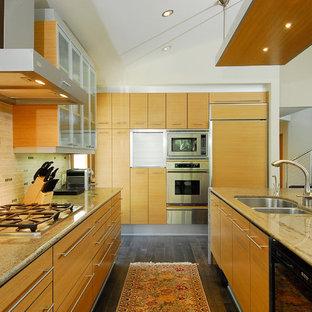 オレンジカウンティの大きいコンテンポラリースタイルのおしゃれなキッチン (ダブルシンク、フラットパネル扉のキャビネット、淡色木目調キャビネット、マルチカラーのキッチンパネル、シルバーの調理設備の、濃色無垢フローリング、御影石カウンター、セラミックタイルのキッチンパネル) の写真