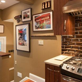 ポートランドの中くらいのエクレクティックスタイルのおしゃれなキッチン (アンダーカウンターシンク、フラットパネル扉のキャビネット、中間色木目調キャビネット、珪岩カウンター、メタリックのキッチンパネル、セラミックタイルのキッチンパネル、シルバーの調理設備、コルクフローリング、アイランドなし) の写真