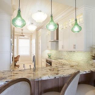 Immagine di una cucina tropicale di medie dimensioni con lavello sottopiano, ante in stile shaker, ante bianche, top in granito, paraspruzzi verde, paraspruzzi con piastrelle in ceramica, elettrodomestici in acciaio inossidabile, pavimento in travertino, nessuna isola e pavimento beige