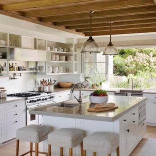 Idéer för avskilda, stora lantliga grått l-kök, med öppna hyllor, vita skåp, stänkskydd med metallisk yta, rostfria vitvaror, ljust trägolv, en köksö, en rustik diskho, bänkskiva i betong, stänkskydd i metallkakel och beiget golv