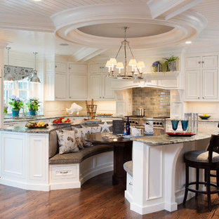 Offene, Große Klassische Küche in L-Form mit Unterbauwaschbecken, Kassettenfronten, weißen Schränken, Granit-Arbeitsplatte, Küchenrückwand in Grau, Elektrogeräten mit Frontblende, dunklem Holzboden, zwei Kücheninseln und Rückwand aus Holz in Charleston