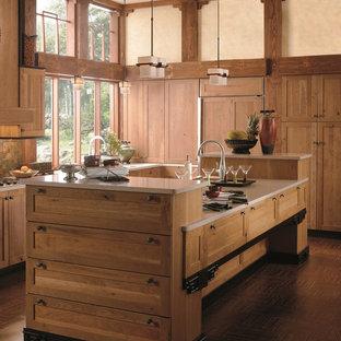 カルガリーのアジアンスタイルのおしゃれなキッチン (アンダーカウンターシンク、落し込みパネル扉のキャビネット、淡色木目調キャビネット、クオーツストーンカウンター、マルチカラーのキッチンパネル、石タイルのキッチンパネル、パネルと同色の調理設備) の写真