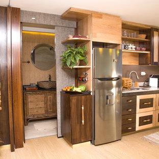 Einzeilige, Kleine Tropenstil Wohnküche mit hellen Holzschränken, Granit-Arbeitsplatte, Küchenrückwand in Braun, Rückwand aus Keramikfliesen, Laminat und buntem Boden in Sonstige