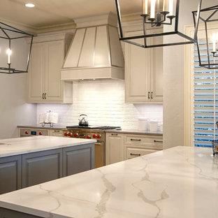 シャーロットの大きいトランジショナルスタイルのおしゃれなキッチン (エプロンフロントシンク、レイズドパネル扉のキャビネット、白いキャビネット、珪岩カウンター、白いキッチンパネル、レンガのキッチンパネル、シルバーの調理設備の、無垢フローリング) の写真