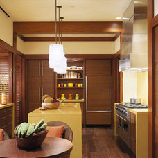 Tropical Kitchen by RYAN ASSOCIATES GENERAL CONTRACTORS