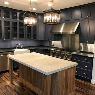Moderne Wohnküche mit Glasfronten, lila Schränken, Quarzwerkstein-Arbeitsplatte, Rückwand aus Holz, Küchengeräten aus Edelstahl, braunem Holzboden und Kücheninsel in Sonstige