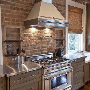 Landhaus Küche mit Edelstahl-Arbeitsplatte, weißen Elektrogeräten und Schrankfronten mit vertiefter Füllung in Charleston