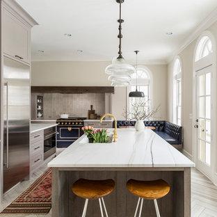 ミネアポリスの広いトランジショナルスタイルのおしゃれなキッチン (アンダーカウンターシンク、落し込みパネル扉のキャビネット、グレーのキャビネット、大理石カウンター、グレーのキッチンパネル、セラミックタイルのキッチンパネル、カラー調理設備、磁器タイルの床) の写真