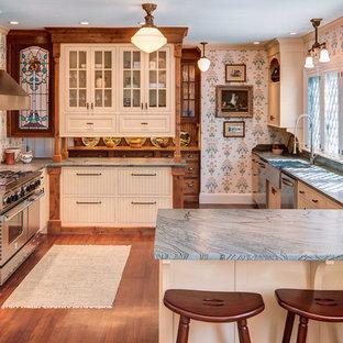 Klassische Küche in U-Form mit Landhausspüle, flächenbündigen Schrankfronten, beigen Schränken, Küchenrückwand in Beige, Küchengeräten aus Edelstahl und blauer Arbeitsplatte in Portland Maine