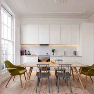 Nordische Küche mit Rückwand aus Marmor in London