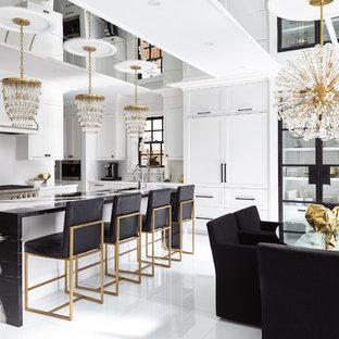 トロントの広いトランジショナルスタイルのおしゃれなキッチン (シェーカースタイル扉のキャビネット、シルバーの調理設備、白いキャビネット、白いキッチンパネル、白い床) の写真