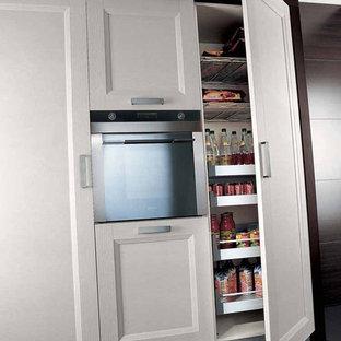 Kitchen - traditional kitchen idea in Miami
