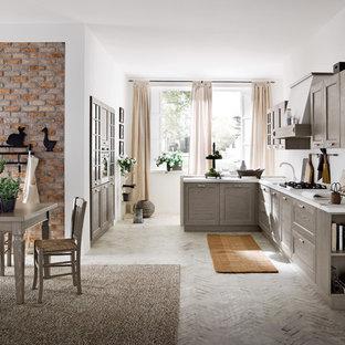 Создайте стильный интерьер: кухня в современном стиле с обеденным столом, серыми фасадами и кирпичным полом - последний тренд