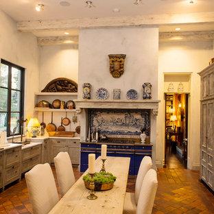 Geschlossene, Große Mediterrane Küche mit Schrankfronten mit vertiefter Füllung, Schränken im Used-Look, Marmor-Arbeitsplatte, Küchenrückwand in Weiß, Rückwand aus Keramikfliesen, bunten Elektrogeräten und Terrakottaboden in Nashville