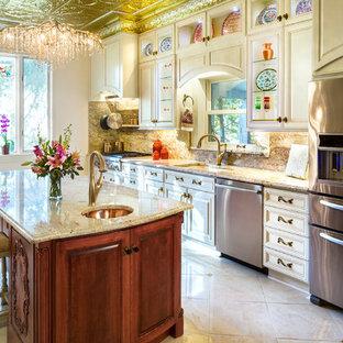 シーダーラピッズの大きいヴィクトリアン調のおしゃれなキッチン (アンダーカウンターシンク、白いキャビネット、石スラブのキッチンパネル、シルバーの調理設備の、御影石カウンター、ベージュの床、レイズドパネル扉のキャビネット、マルチカラーのキッチンパネル、磁器タイルの床) の写真