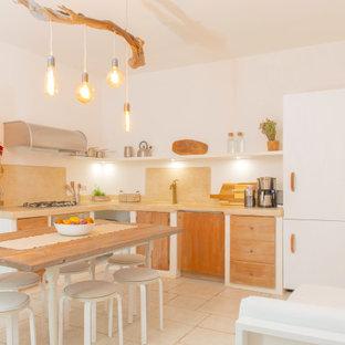 Idee per una grande cucina mediterranea con ante lisce, paraspruzzi beige, pavimento con piastrelle in ceramica, nessuna isola, pavimento beige, top beige, lavello sottopiano, ante in legno scuro e elettrodomestici da incasso