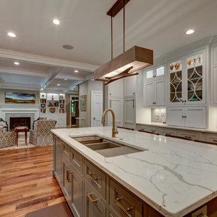 Idéer för att renovera ett stort vintage kök, med luckor med profilerade fronter, vita skåp, grått stänkskydd, integrerade vitvaror, mörkt trägolv, en köksö, en trippel diskho, marmorbänkskiva och stänkskydd i tunnelbanekakel