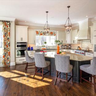 リッチモンドのトラディショナルスタイルのおしゃれなキッチン (アンダーカウンターシンク、レイズドパネル扉のキャビネット、ベージュのキャビネット、ベージュキッチンパネル、パネルと同色の調理設備、濃色無垢フローリング、茶色い床、ベージュのキッチンカウンター) の写真