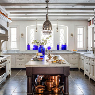 Ispirazione per un ampio cucina con isola centrale vittoriano con lavello stile country, ante con riquadro incassato, top in granito, paraspruzzi grigio, paraspruzzi in granito, elettrodomestici in acciaio inossidabile e top grigio