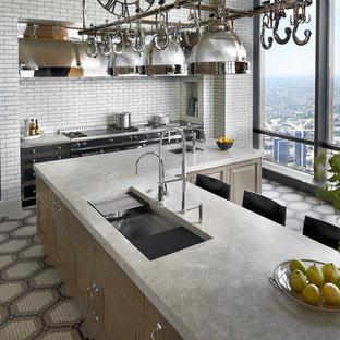 他の地域の中サイズのコンテンポラリースタイルのおしゃれなキッチン (アンダーカウンターシンク、レイズドパネル扉のキャビネット、ベージュのキャビネット、クオーツストーンカウンター、白いキッチンパネル、レンガのキッチンパネル、シルバーの調理設備の、セラミックタイルの床、マルチカラーの床) の写真