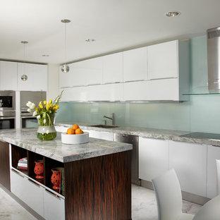 マイアミの広いコンテンポラリースタイルのおしゃれなキッチン (フラットパネル扉のキャビネット、ガラス板のキッチンパネル、白いキャビネット、シルバーの調理設備、アンダーカウンターシンク、大理石カウンター、緑のキッチンパネル、大理石の床、マルチカラーの床) の写真