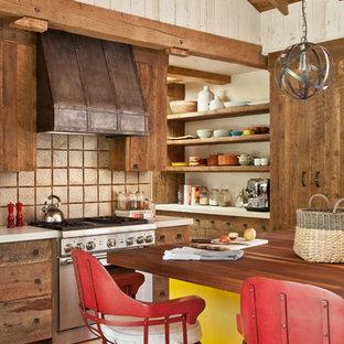 Rustikale Küche mit offenen Schränken, hellbraunen Holzschränken, Arbeitsplatte aus Holz, Küchenrückwand in Beige, Küchengeräten aus Edelstahl, braunem Holzboden, Kücheninsel und orangem Boden in Sonstige