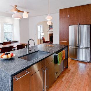 Moderne Wohnküche mit Küchengeräten aus Edelstahl, Edelstahlfronten, Waschbecken und flächenbündigen Schrankfronten in New York