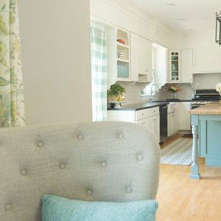 ボストンの中サイズのカントリー風おしゃれなキッチン (エプロンフロントシンク、シェーカースタイル扉のキャビネット、白いキャビネット、白いキッチンパネル、シルバーの調理設備の、淡色無垢フローリング、人工大理石カウンター) の写真