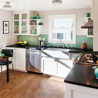 Ispirazione per una piccola cucina con lavello stile country, ante in stile shaker, ante bianche, paraspruzzi verde, paraspruzzi in gres porcellanato, elettrodomestici in acciaio inossidabile, pavimento in sughero e nessuna isola