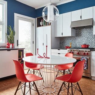 Exempel på ett modernt kök, med släta luckor, vita skåp, flerfärgad stänkskydd, stänkskydd i mosaik, rostfria vitvaror, korkgolv och brunt golv