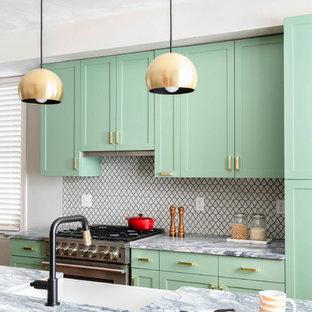 Inspiration för ett vintage flerfärgad flerfärgat kök, med en rustik diskho, skåp i shakerstil, gröna skåp, flerfärgad stänkskydd, rostfria vitvaror och en köksö
