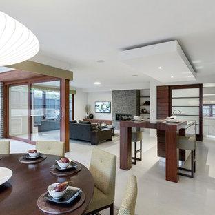 メルボルンの広いモダンスタイルのおしゃれなキッチン (ダブルシンク、落し込みパネル扉のキャビネット、中間色木目調キャビネット、大理石カウンター、白いキッチンパネル、シルバーの調理設備、セラミックタイルの床) の写真