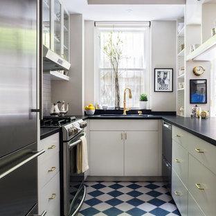 ニューヨークの小さいトラディショナルスタイルのおしゃれなキッチン (白いキャビネット、ソープストーンカウンター、白いキッチンパネル、磁器タイルのキッチンパネル、シルバーの調理設備、磁器タイルの床、アイランドなし、青い床、一体型シンク、フラットパネル扉のキャビネット) の写真