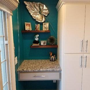 オクラホマシティのモダンスタイルのおしゃれなキッチン (アンダーカウンターシンク、フラットパネル扉のキャビネット、白いキャビネット、御影石カウンター、青いキッチンパネル、レンガのキッチンパネル、シルバーの調理設備、セラミックタイルの床、茶色い床) の写真