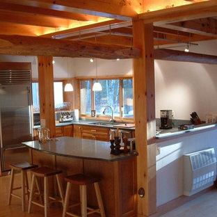 Неиссякаемый источник вдохновения для домашнего уюта: п-образная кухня-гостиная среднего размера в восточном стиле с врезной раковиной, фасадами в стиле шейкер, светлыми деревянными фасадами, столешницей из талькохлорита, зеленым фартуком, фартуком из каменной плиты, техникой из нержавеющей стали, полом из бамбука, островом, разноцветным полом и зеленой столешницей