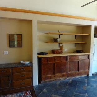 サンフランシスコの中サイズのアジアンスタイルのおしゃれなキッチン (中間色木目調キャビネット、御影石カウンター、白い調理設備、スレートの床、アイランドなし) の写真