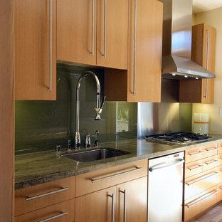 サンフランシスコのアジアンスタイルのおしゃれな独立型キッチン (シングルシンク、フラットパネル扉のキャビネット、淡色木目調キャビネット、御影石カウンター、緑のキッチンパネル、ガラス板のキッチンパネル、シルバーの調理設備の) の写真