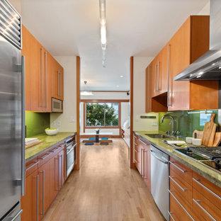 サンフランシスコの小さいアジアンスタイルのおしゃれなキッチン (シングルシンク、フラットパネル扉のキャビネット、淡色木目調キャビネット、大理石カウンター、緑のキッチンパネル、ガラス板のキッチンパネル、シルバーの調理設備、淡色無垢フローリング、アイランドなし、ベージュの床、緑のキッチンカウンター) の写真